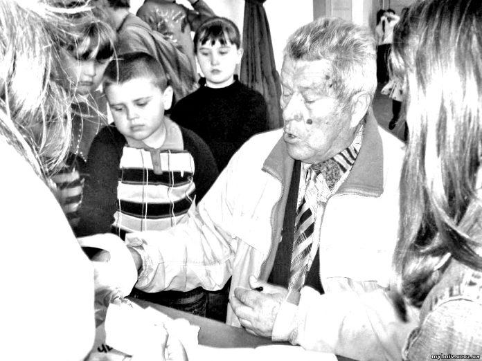 Василь Кравчук у колі шанувальників його творчості