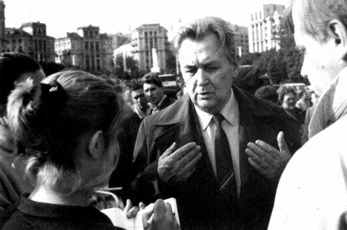 Олесь Гончар серед учасників «Революції на граніті» восени 1990 року в Києві