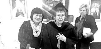 Під час церемонії в Києво-Могилянській академії. На передньому плані: Віра Вовк (праворуч) і Леся Воронина