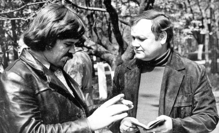 Письменники Борис Олійник (справа) та Михайло Шевченко на святі «Хліб і слово». м. Полтава. 1980.