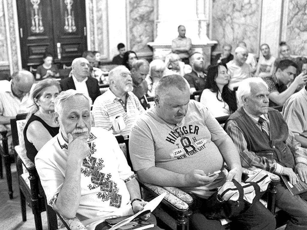 На передньому плані (ліворуч): Юрій Кармазін