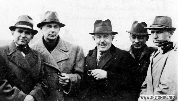 Зліва направо: Улас Самчук, Євген Маланюк, Роман Бжеський, поет Чирський, Олег Штуль