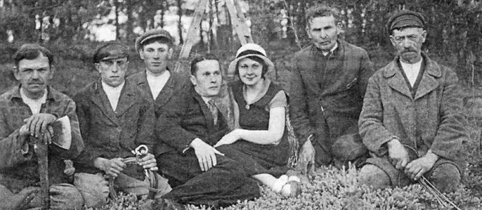 В центрі: Олена Теліга з чоловіком Михайлом Телігою. Краків. 1939 р.