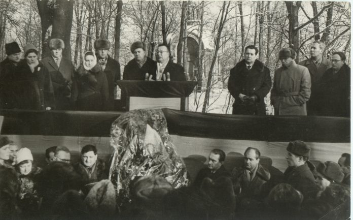 Під час виступу А.Малишка на похороні В.Сосюри (січень 1965 року)