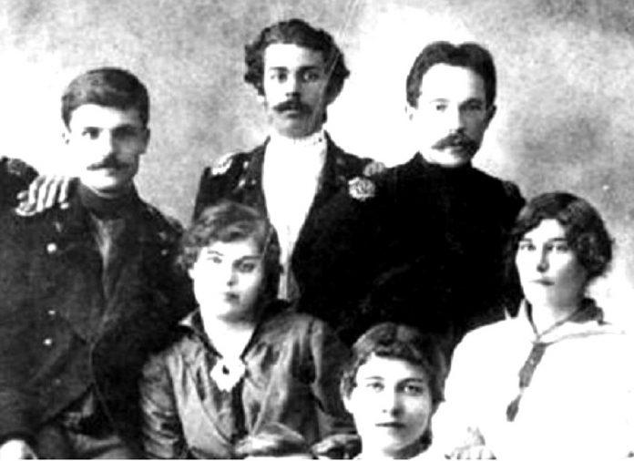 Павло Тичина (в центрі) в колі друзів. 1913 – 1914 рр.