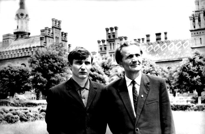 Михайло Івасюк з сином Володимиром. Початок 70-х років, Чернівці