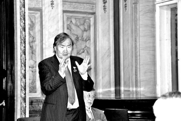 Олжас Сулейменов під час виступу в Будинку письменників у Києві
