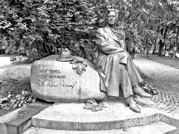 Пам'ятник О. Гончареві в Києві. Фото vkieve.net