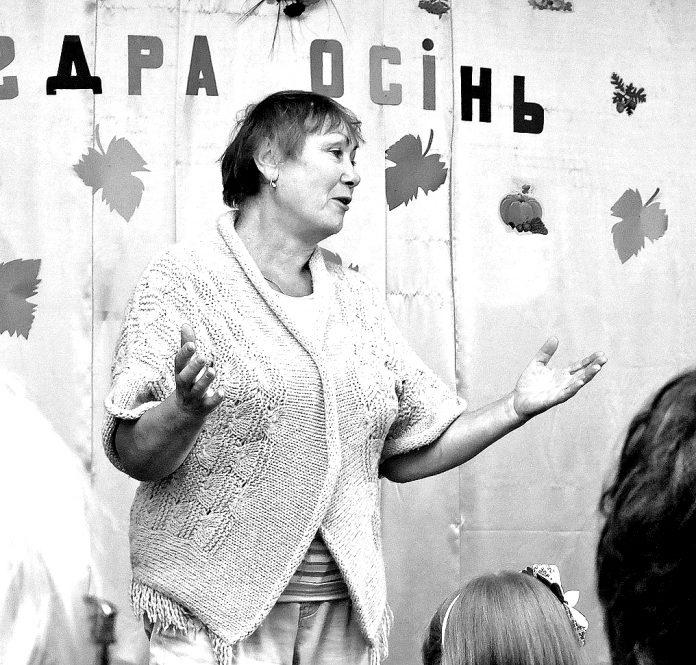Любов Пономаренко читає свої твори перед учнями