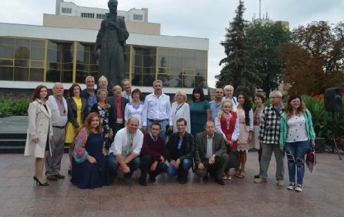 Фото на згадку біля пам'ятника Лесі Українці в Луцьку