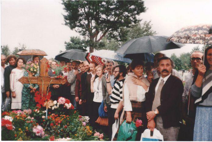 біля могили Бориса Антоненка-Давидовича. Київ, 5 серпня 1988 р.