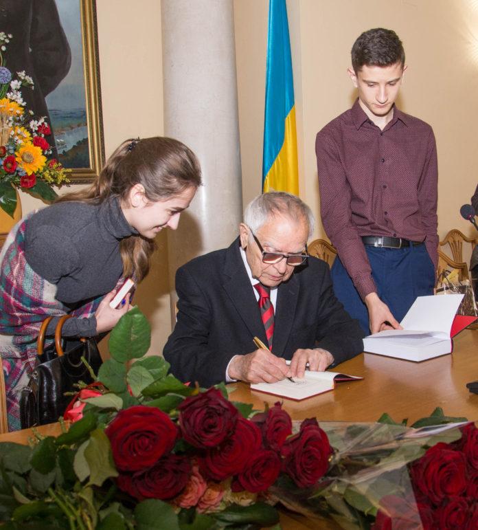 Дмитро Павличко підписує свої книги